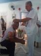 Tuneco recebendo o Prêmio das mãos de Zé Luis